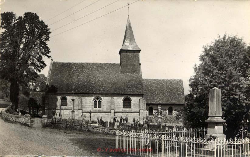 Ferrières-St-Hilaire - Le monument et l'église