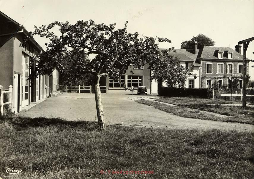St-Aubin-le-Vertueux - La cour de l'école