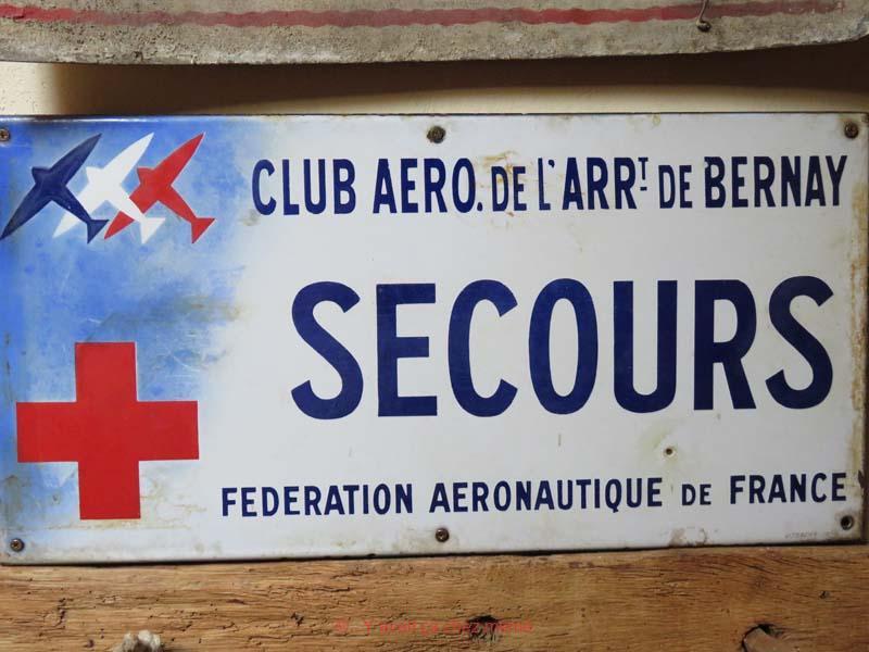 Plaque émaillée du poste de secours du Club Aéronautique de l'Arrondissement de Bernay