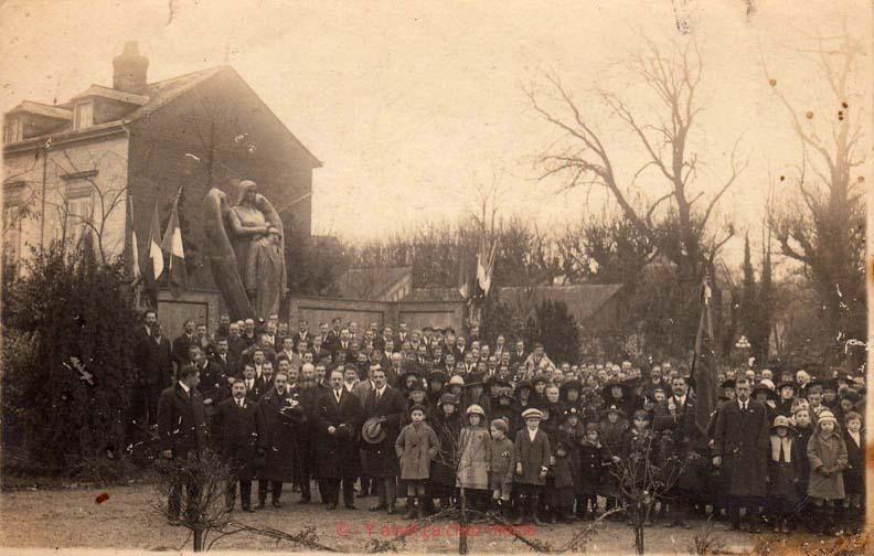 Inauguration du monument aux morts place Guillaume de Volpiano