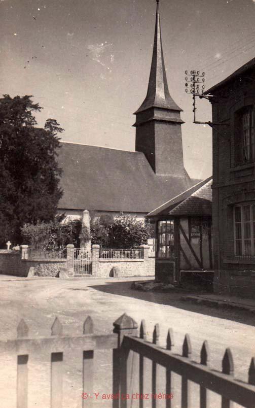 St-Clair-d'Arcey - L'église et le monument aux morts