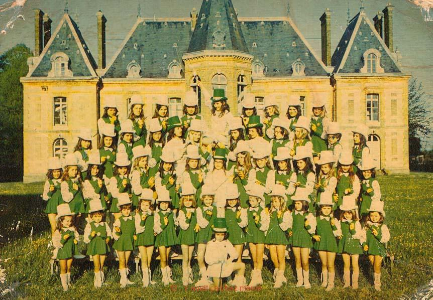 St-Aubin-le Vertueux - Le club de Majorettes devant le Château du Houlley