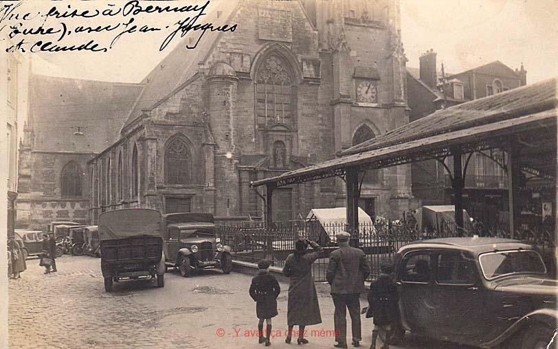 L'église Sainte-Croix et la halle aujourd'hui disparue