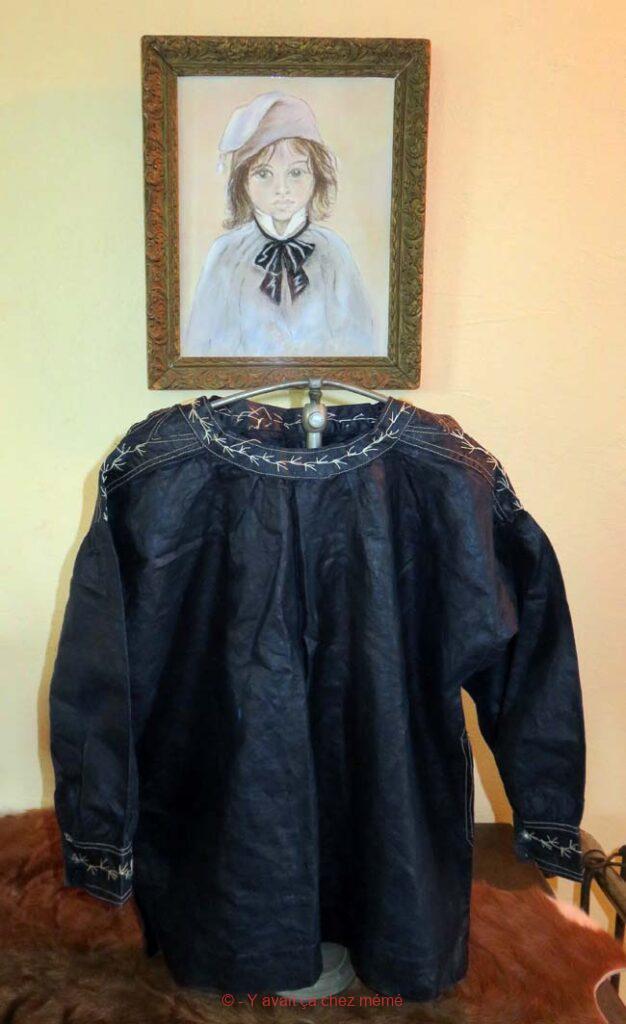 Chemise d'enfant en toile huilée appelée blaude ou biaude en Normandie.