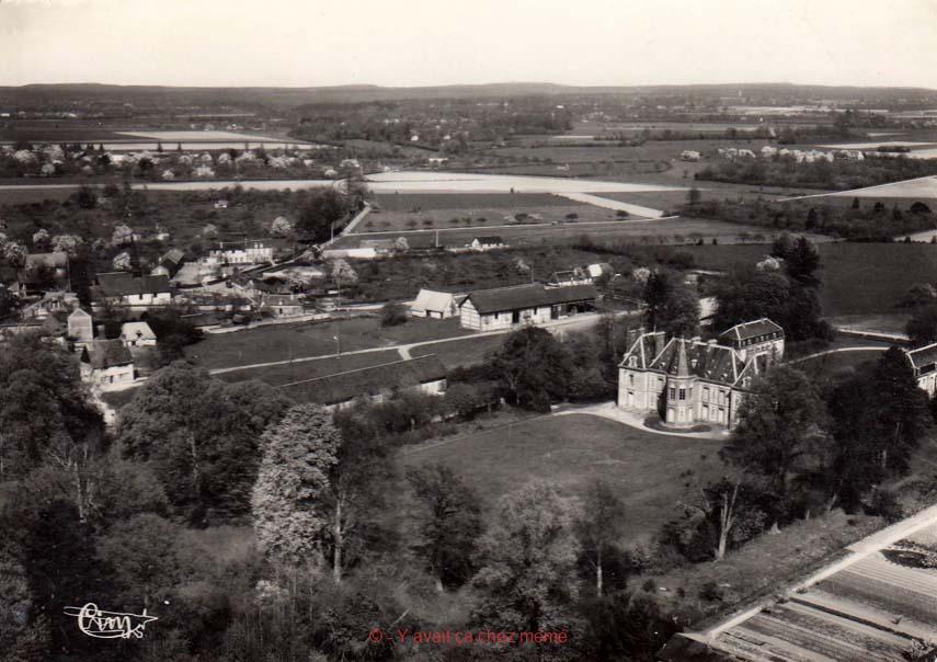 St-Aubin-le Vertueux - Vue aérienne du village et du château