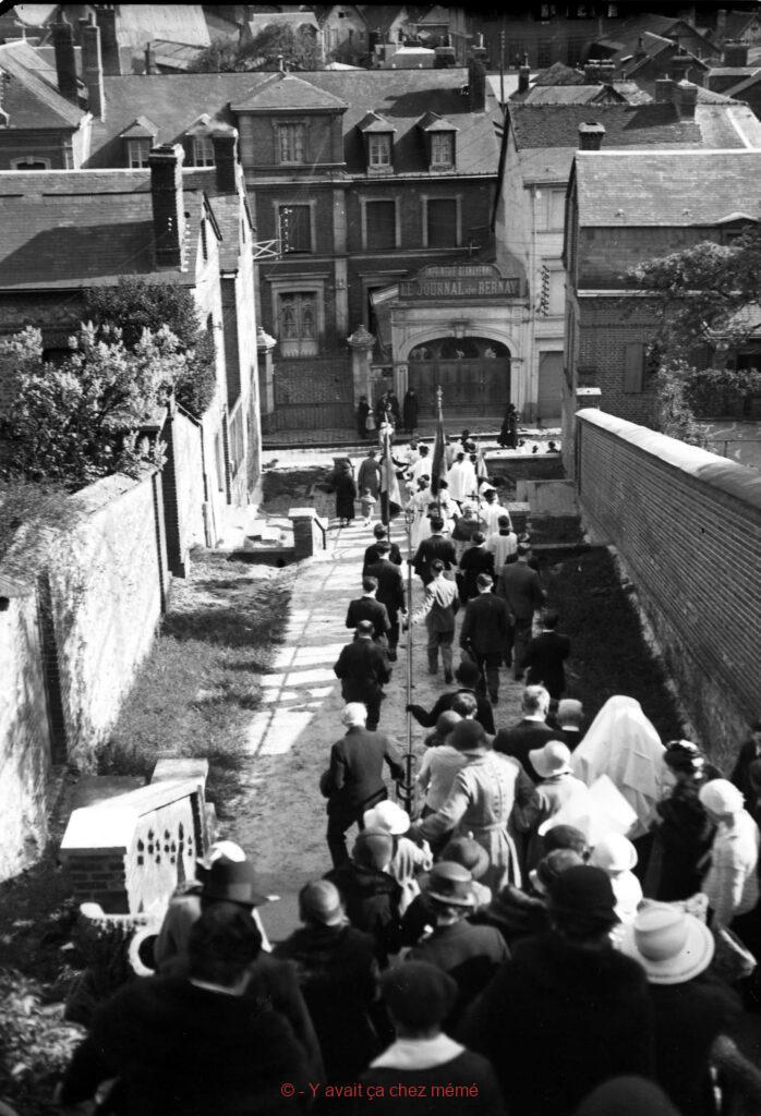 Une procession dans l'escalier des Monts