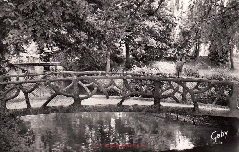 Le petit pont du Square Gouas.